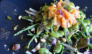 Saumon en carpaccio-fèves des marais, criste marine et arroche rouge en salade - vinaigrette à la réglisse