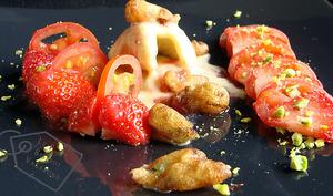 Fleurs de robinier en beignets, glace vanille aux baies roses, tomates et fraises