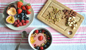 Smoothie bowl banane et fruits rouges