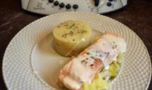 Pavé de saumon à la crème sur lit de poireau