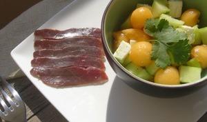 Salade de concombre, melon et magret de canard séché