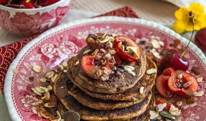 Pancakes au müesli aux graines, cacao et cerises