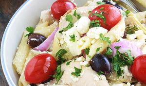 Salade de pâtes froides au poulet à la grecque