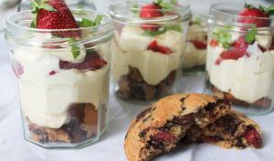 Tiramisu fraises, cookies et basilic