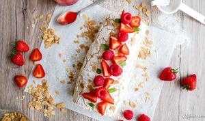 Roulade meringuée, fraises et amandes