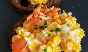 Tartine du nordique aux œufs brouillées et saumon