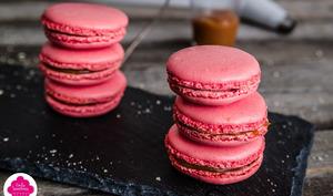 Macarons au caramel au beurre salé et biscuits roses