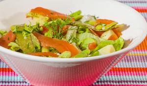 Salade de pommes de terre aux légumes et truite fumée
