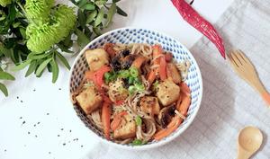 Nouilles façon yakisoba aux poivrons et tofu