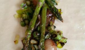 Le strudel printanier aux asperges, oignons grelot, poireaux et mozzarella