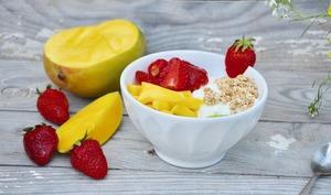 Yaourt, muesli et fruits frais