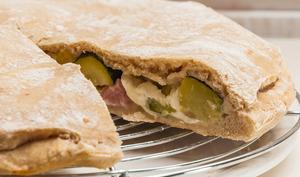 Tourte fourrée au jambon, courgettes et mozzarella