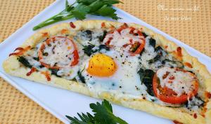 Feuilletés aux épinards, tomates, mozzarella et oeuf sur le plat