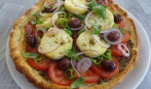 Salade de tomates, chèvre chaud, olives de Kalamata, tapenade sur feuilleté croustillant