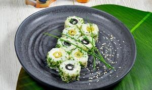 Makis california rolls, fromage frais, ciboulette et olives vertes, noires en rondelles