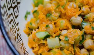 Salade de pois chiches, de concombre et de carottes