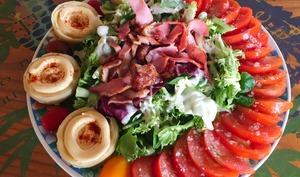 Salade poulet, bacon, tomate et artichaut