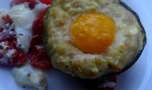 Courgette farcie au fromage et œufs, sur lit de tomates