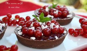 Tartelettes chocolat aux groseilles rouges, coulis et crumbel de meringue
