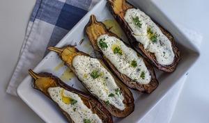 Aubergines grillées, sauce au yaourt et aux herbes