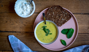 Soupe froide courgettes, pois chiches, menthe