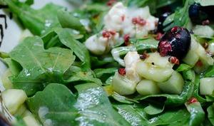 Salade de concombre, à la roquette, au chèvre et aux olives