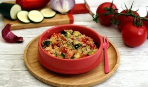 Salade de quinoa, lentilles corail, courgette, poivron et tomate