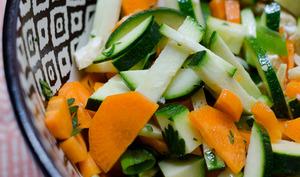 Salade de courgette, à la carotte, à la coriandre et aux noix de cajou