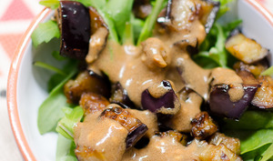 Salade d'aubergine grillée et sauce à la moutarde