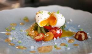 Salade fraîcheur autour d'un œuf mollet