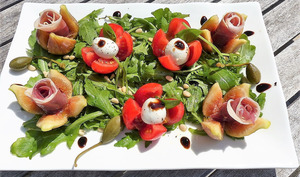 Salade italienne aux figues, jambon cru et tomate mozzarella