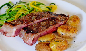 Côte à l'os aux herbes de Provence accompagnée de pommes de terre grenailles et tagliatelles de courgette