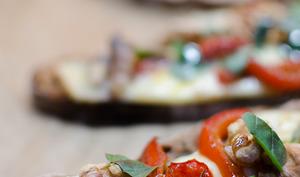 Bruschetta au poivron rouge, à la raclette et aux noix
