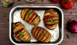 Pomme de terre au four farcie au chorizo, mozzarella, oignon rouge et tomate