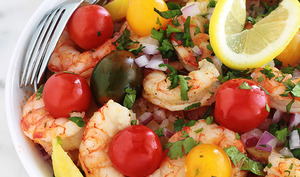 Salade de pommes de terre avec des crevettes et tomates