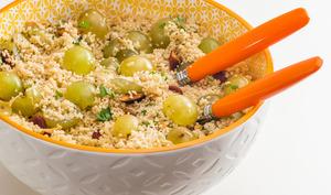 Salade de semoule aux raisins frais et aux amandes