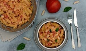 Penne au poulet et sauce crémeuse à la ricotta, tomate et basilic