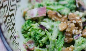 Salade de brocoli au bacon et aux noix