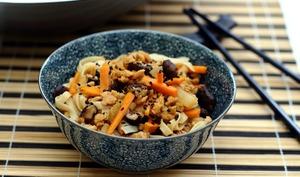 Wok de nouilles aux protéines de soja, shiitaké et carotte