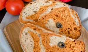 Le pain marbré à la tomate et aux olives
