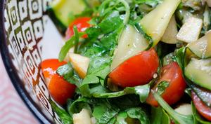 Salade aux tagliatelles de courgettes grillées, à la pomme et aux tomates cerises