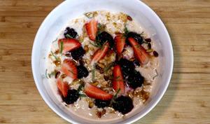 Porridge au lait infusé à la camomille, fruits frais
