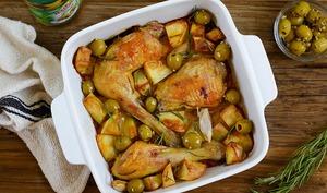 Cuisses de poulet rôti, pommes de terre et olives à l'ail et persil