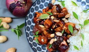 Poulet caramélisé au piment, basilic thaï et cacahuètes
