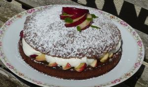 Victoria sponge cake à la reine claude et nectarine