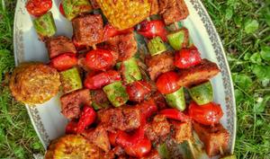 Brochettes de seitan mariné, légumes du soleil et maïs