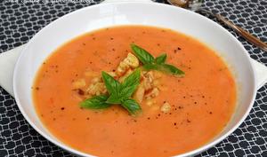 Potage aux tomates fraîches, basilic et fromage de chèvre