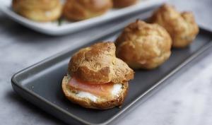 Petits choux garnis de saumon fumé et fromage frais