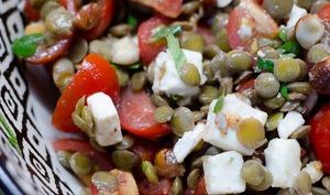 Salade de lentilles vertes, à la feta, aux tomates cerises et à la vinaigrette au miel