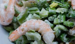 Salade de céleri-branche aux crevettes et aux noix
